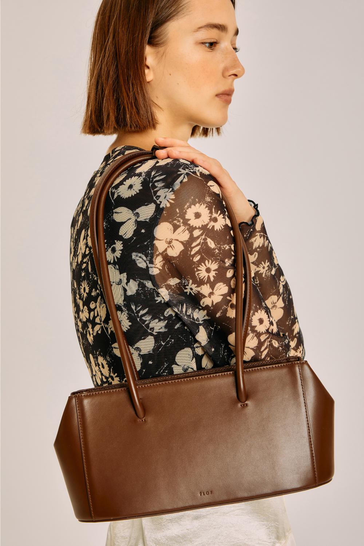 가방 모델 착용 이미지-S1L7