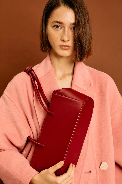 가방 모델 착용 이미지-S1L5